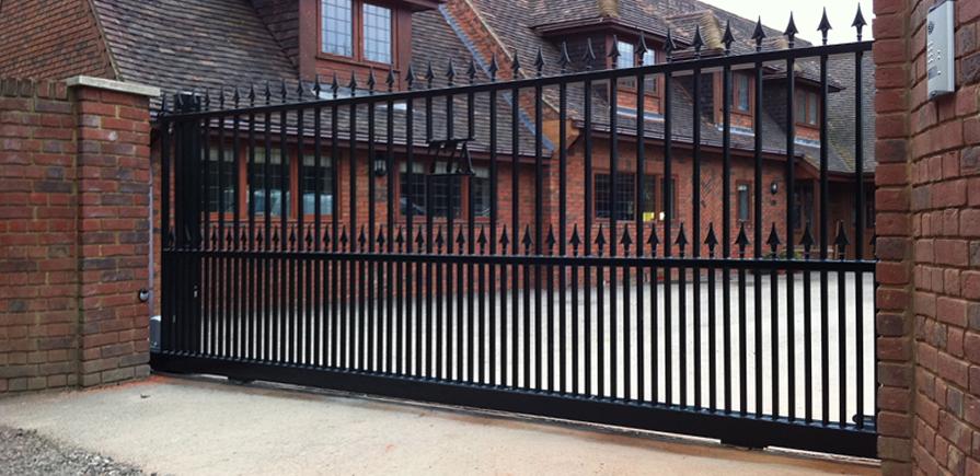 Сдвижные ворота, установленные во дворе